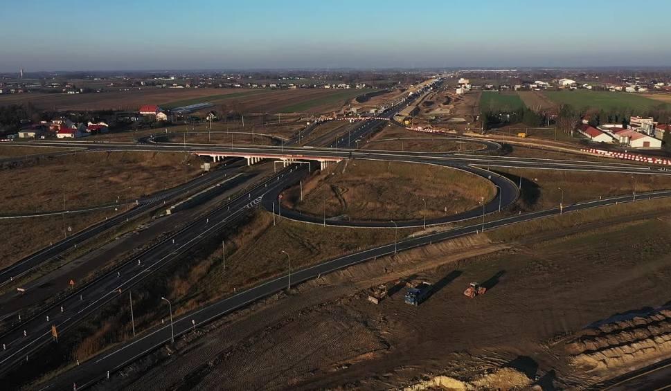 Film do artykułu: Autostrada A1: rozbiórka węzła Piotrków Trybunalski Południe. Ruch na skrzyżowaniu A1 i DK74 koło Piotrkowa. Zmiany organizacji ruchu