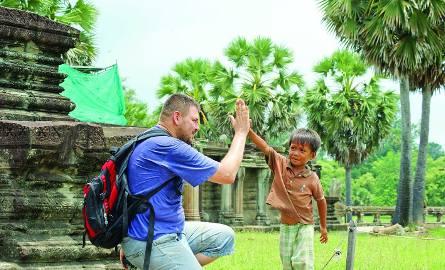"""To nie scena z """"Czasu Apokalipsy"""" Coppoli. Dziś w ruinach Angkor można spotkać uśmiechniętych maluchów."""