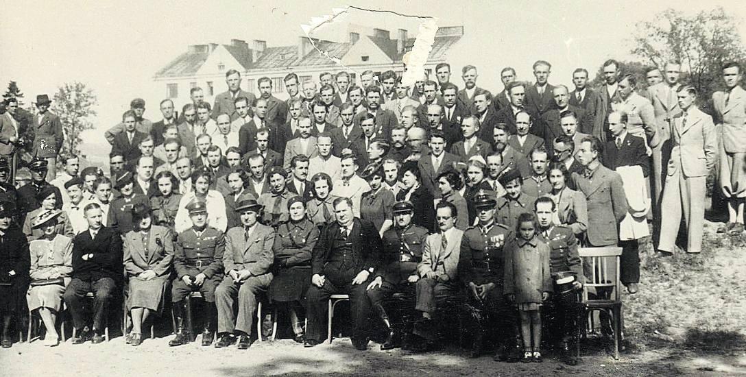 Uczestnicy kursu obrony w Złoczowie, czerwiec 1939. Siedzą od lewej:  Małysowa, czwarta – Malwina Uszyńska, szósty – starosta złoczowski Jan Płachta,