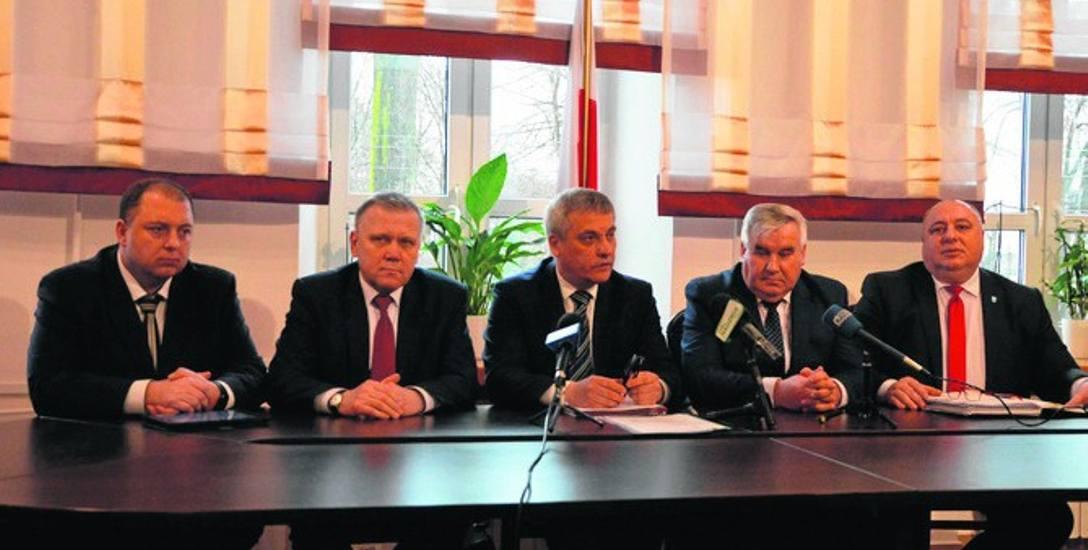 Od lewej:  Wojciech Kossakowski - poseł ziemi ełckiej, wicewojewoda podlaski Jan Zabielski, podsekretarz Jerzy Szmit, poseł Kazimierz Gwiazdowski  oraz