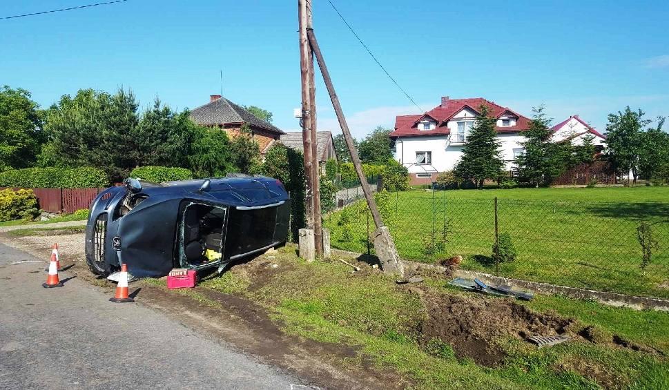 Film do artykułu: Wypadek w Witkowicach. Samochód dachował, kobieta uwięziona w pojeździe [AKTUALIZACJA]