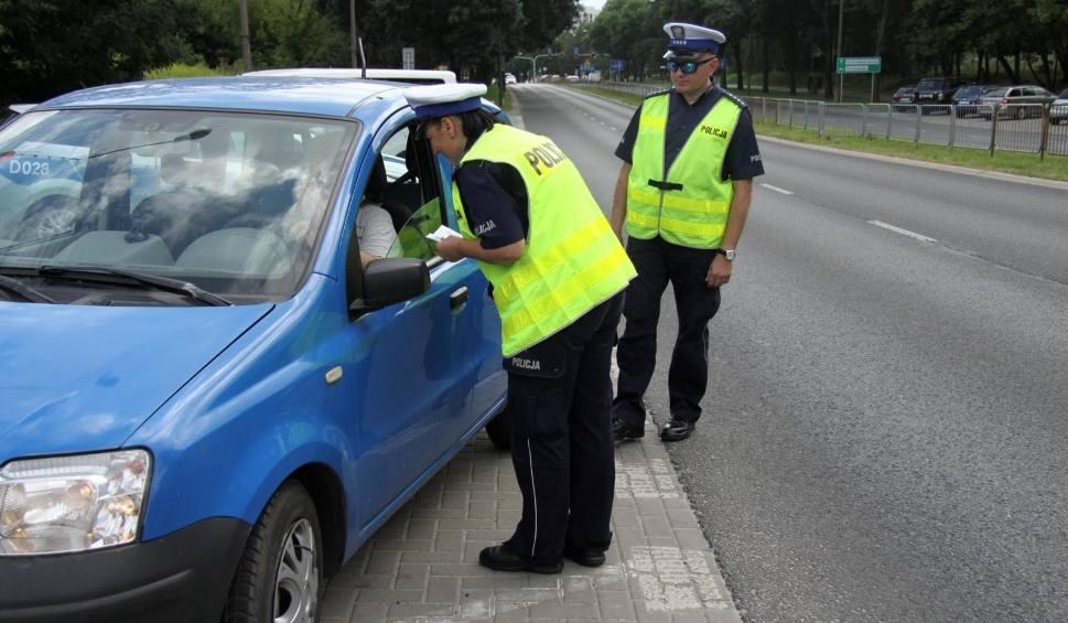 Film do artykułu: Policjanci zatrzymali pędzące w terenie zabudowanym auto. Kierowca nie dostał mandatu