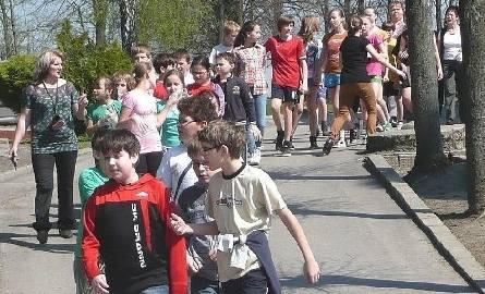 Młodych na sprzątanie świata nie trzeba namawiać – uczniowie podstawówki w Krzczonowie wyruszyli na akcję dużą gromadą.