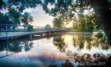 STRZELCE KRAJ. FOTOGRAFICZNY SPACER PO MIEŚCIE. Jezioro położone w centrum Strzelec współtworzy klimat miasta. Teraz trwają tu spore inwestycje – np.