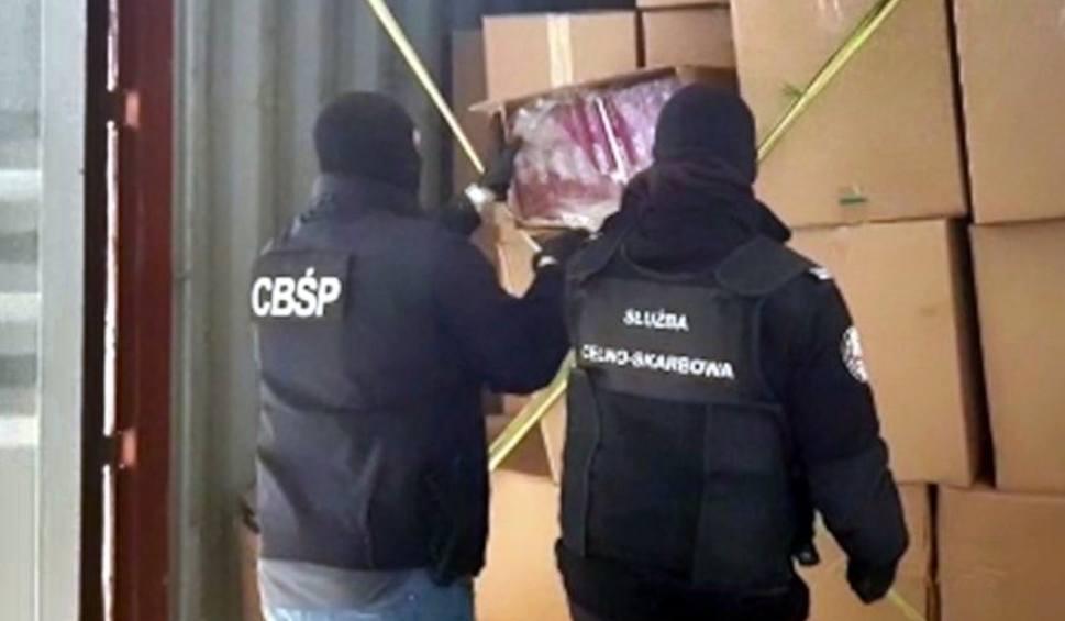 Film do artykułu: Służby udaremniły przemyt papierosów z Wietnamu. CBŚP znalazło 9 mln papierosów w kontenerze w porcie w Gdyni. Miały tam być buty [zdjęcia]
