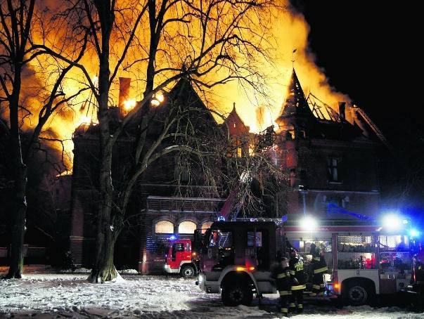 Pożar pałacu wybuchł w sobotni wieczór 19 lutego 2011 roku