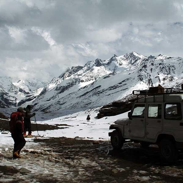 Najwyższy punkt na trasie -pokryta śniegiem przełęcz Rohtang ma 3978 m n.p.m. Za nią zaczynają się prawdziwe Himalaje.