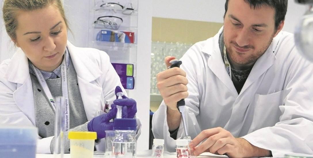 Doktoranci prof. El Fray, Marta Wojtaluk i Bartłomiej Głowacki w jednym z laboratoriów ZUT