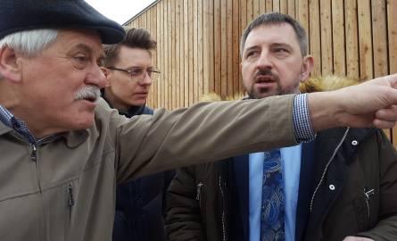 """Kłótnia burmistrza z sołtysem: """"Wypieprzym pana!"""". Radosław Dobrowolski i Tadeusz Karpowicz pokłócili się. Poszło o dzieci (zdjęcia, wideo"""