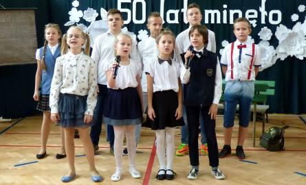 Nasza szkoła szóstkę ma! - śpiewali z pasją uczniowie podczas uroczystych obchodów jubileuszu 50-lecia Szkoły Podstawowej w Tuczępach.
