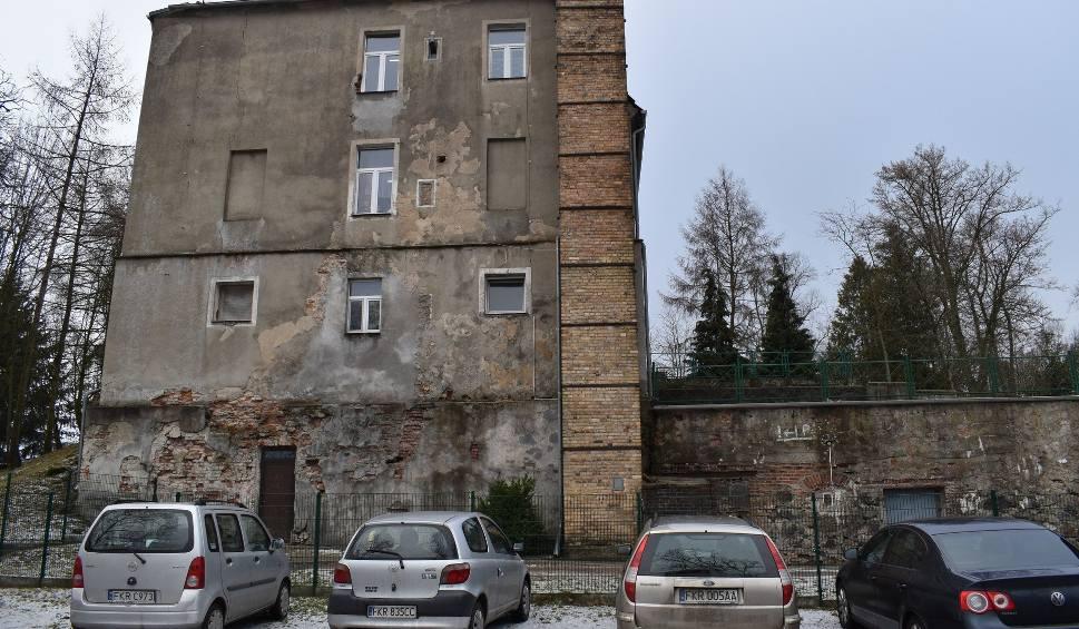 Film do artykułu: Bytnica: Ściany szkoły się sypią. Potrzebny remont, ale nie będzie on tani, bo to zabytek (ZDJĘCIA)