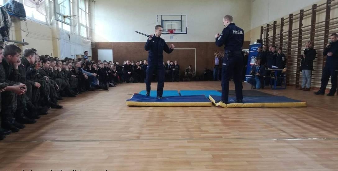 Młodzież z klas mundurowych z Koluszek odwiedziła komendę stołeczną policji