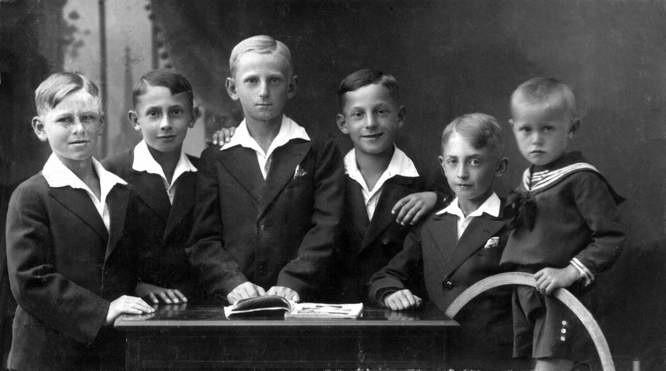 Stryjanie, rok 1931. Od prawej: Zbigniew Messner – przyszły premier, jego kuzyni: Zygmunt Messner, Aleksander Jakimow oraz Bronisław Messner