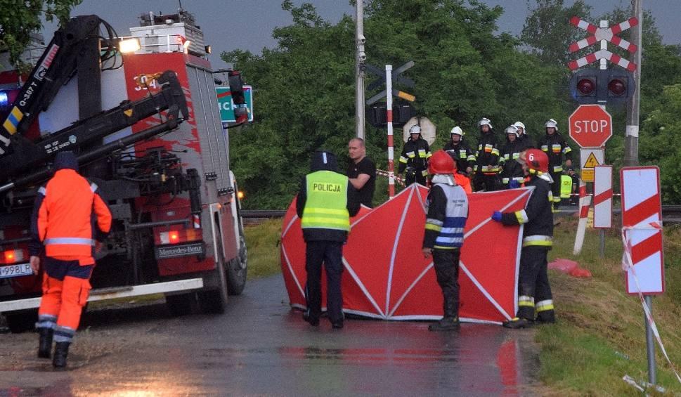 Film do artykułu: Tragedia na przejeździe kolejowym pod Wrocławiem. Nie żyje 5 osób (ZDJĘCIA)