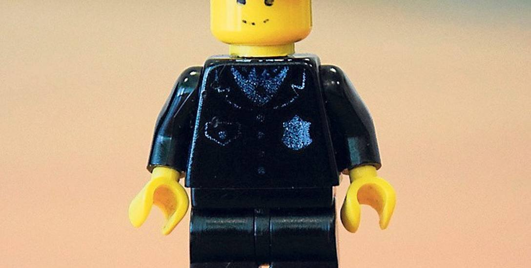 Figurka policjanta z 1983 r. z kolekcji Legoland. Pierwowzór z 1978 r. był podobny, miał mniej elementów na mundurze