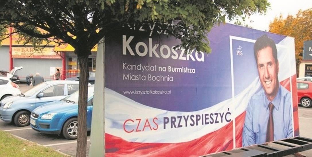 Kandydat PiS na burmistrza miasta tłumaczy, że wykładnia magistratu pozwala na stosowanie takich mobilnych reklam
