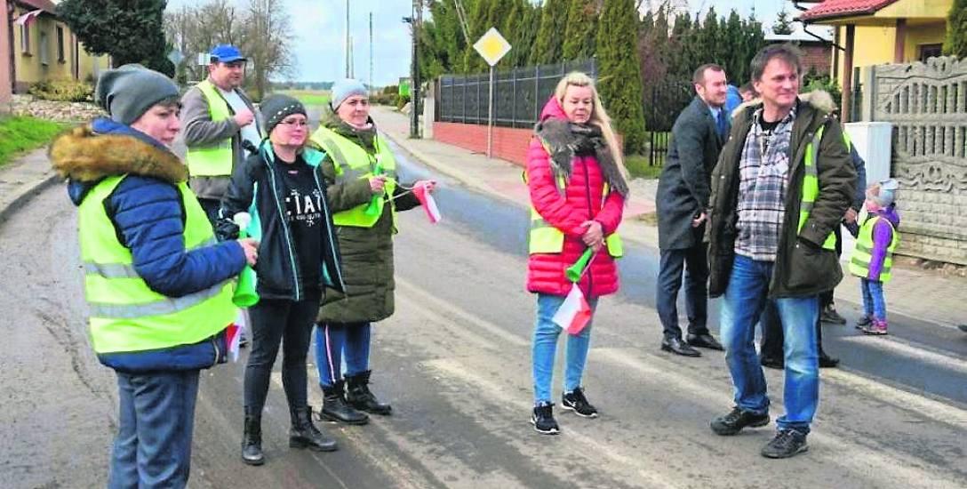 Pikieta na drodze w Rusinowie mieszkańców, którzy chcą  wstrzymania prac nad budową kopalni