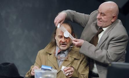 Wojciech Droszczyński (z lewej) jako prowokator i Sławomir Sulej w roli naczelnika policji próbują stworzyć najpełniejsze kreacje w przedstawieniu, ale