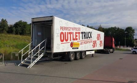 Outlet Trucki Biedronka jeżdżą po Polsce. Sieć znanych sklepów wprowadza kolejne udogodnienia dla klientów. Oto mobilne wyprzedaże