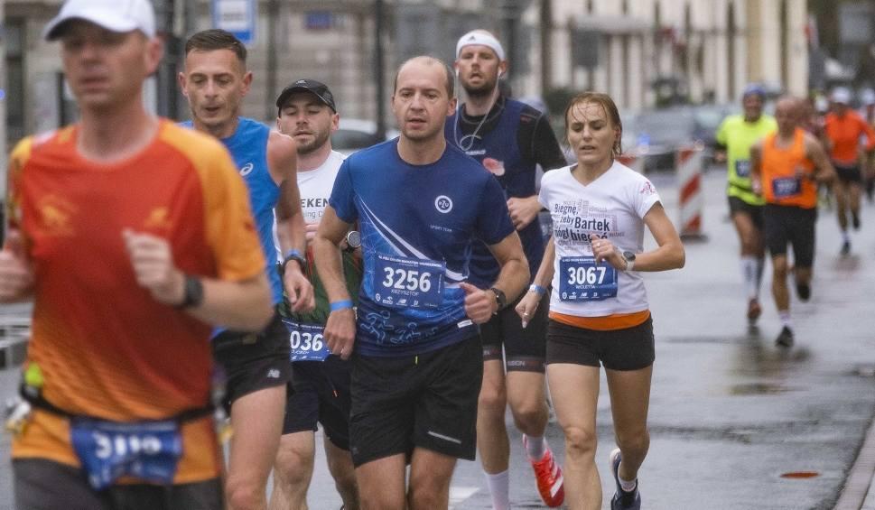 Film do artykułu: 42. PZU Orlen Maraton Warszawski [27.09.2020]. Deszczowa niedziela na maratonie w stolicy. Zdjęcia z trzeciej tury biegu stacjonarnego