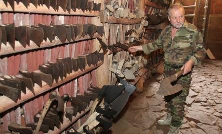 Pan Adolf wzdłuż ścian zawiesił siekiery, topory, cepy bojowe, miecze. Samych siekier jest 2750. - To największa kolekcja w Polce i druga w Europie.