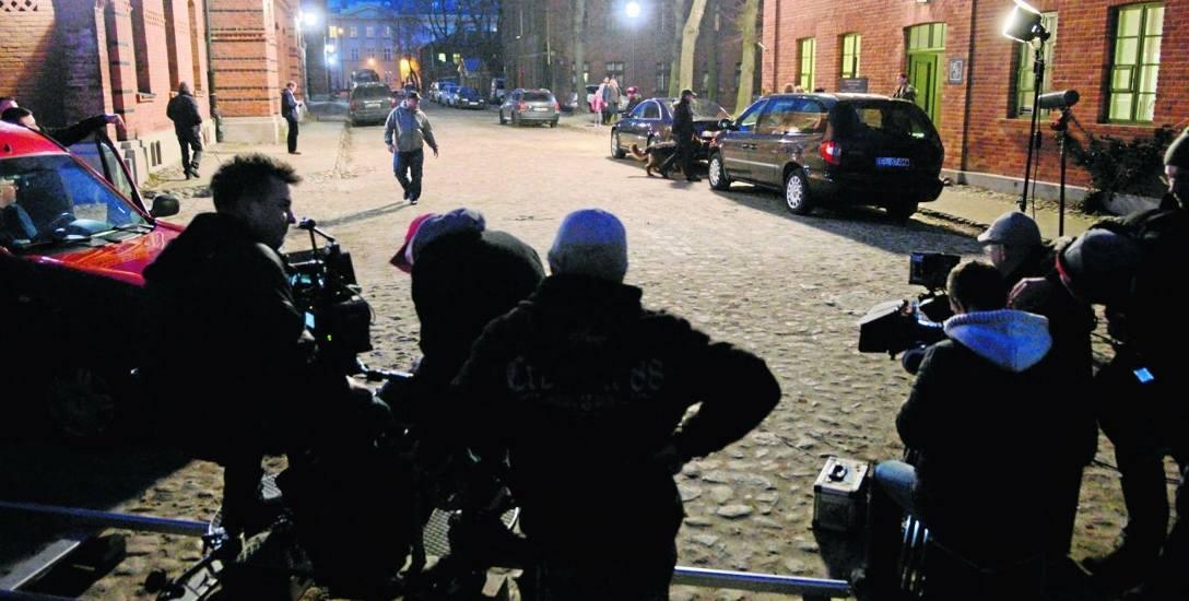 Ekipa filmowa pracuje dzień i noc.