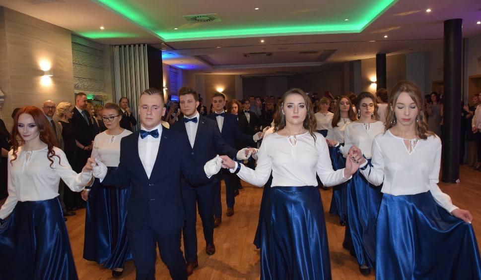 """Film do artykułu: Studniówka 2019 w radomskim """"Plastyku"""". Zobacz, jak bawili się maturzyści [ZDJĘCIA]"""