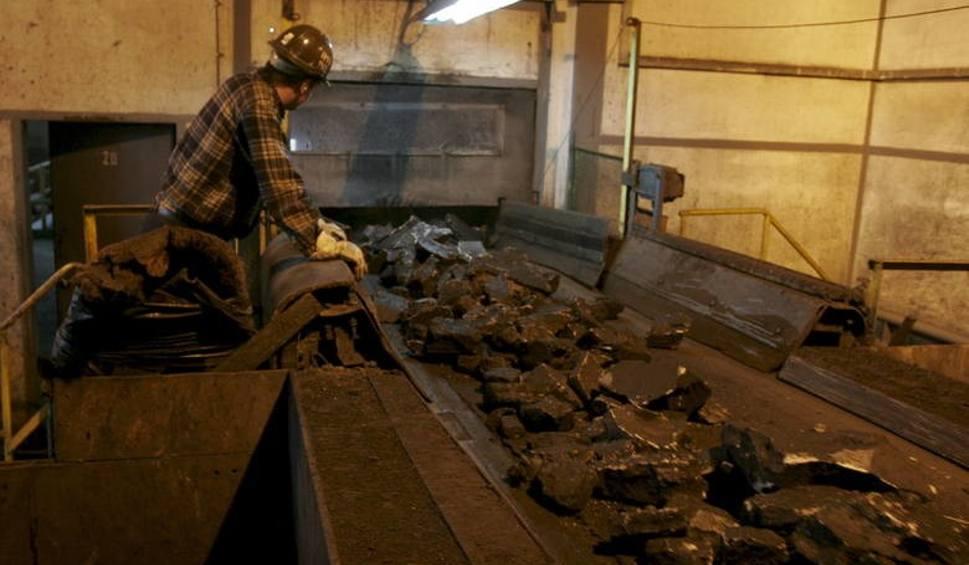 Film do artykułu: Co koronawirus zmienia na kopalniach? Kwarantanna górników nie dotyczy. Kopalnie wprowadziły dezynfekcje, maski i ograniczenia w szolach