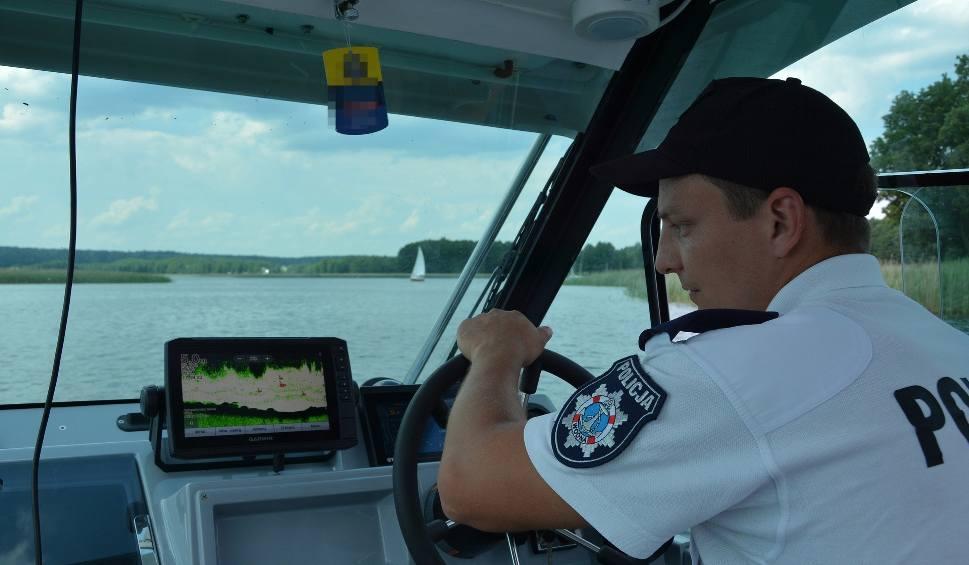 Film do artykułu: Policjanci wodni pomogli turystom wrócić do brzegu. Niebezpieczne warunki atmosferyczne mogły doprowadzić do tragedii (zdjęcia, video)