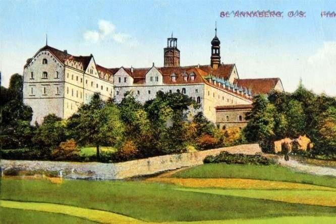 Tak przedstawiany był klasztor franciszkanów na przedwojennych pocztówkach