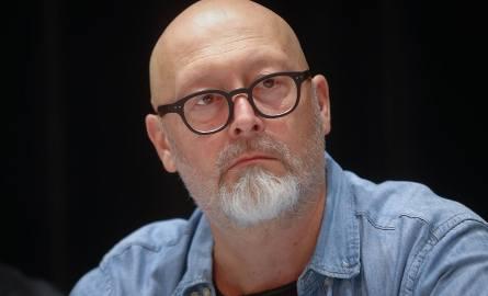 Wojciech Smarzowski pochodzi z Podkarpacia. Urodził się 18 stycznia 1963 roku w Korczynie koło Krosna, wychował w miejsko-wiejskiej gminie Jedliczac