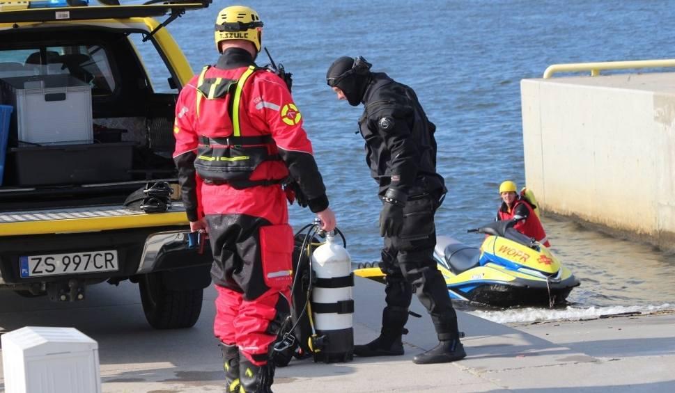 Film do artykułu: Tragedia w Darłowie. Poszukiwania zaginionych dzieci przy falochronie morskim w Darłówku Zachodnim. Znaleziono ciało chłopca