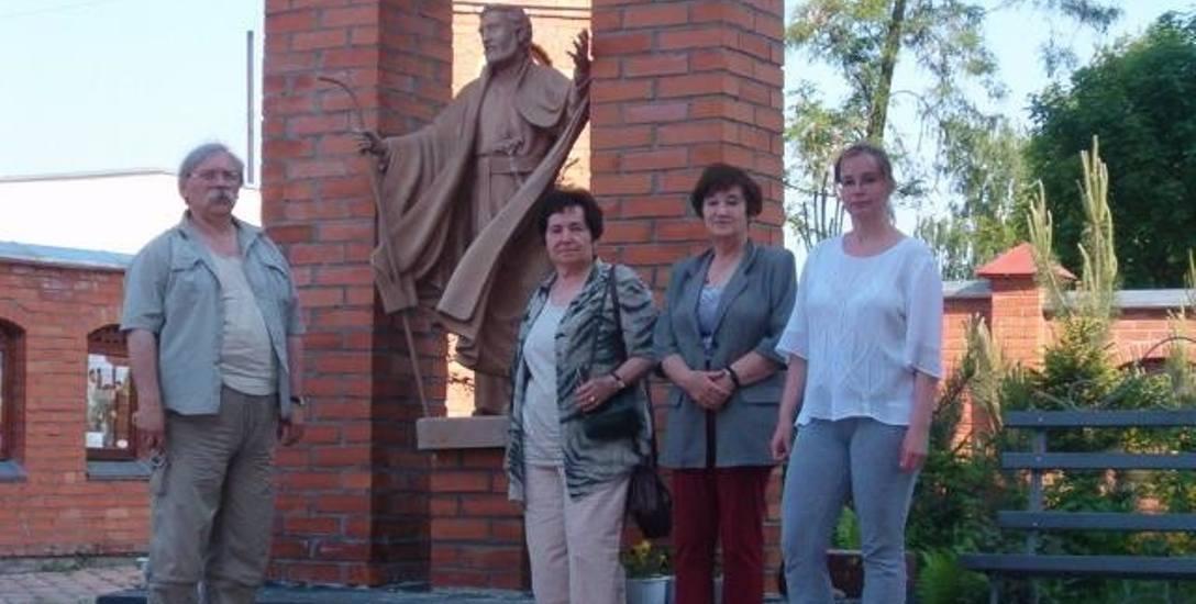 Maria Krawczyk – strażniczka pamięci o Pińsku – przy figurze św. Andrzeja Boboli w Janowie Poleskim, obok Maria Sulima, przewodnicząca Macierzy Szkolnej