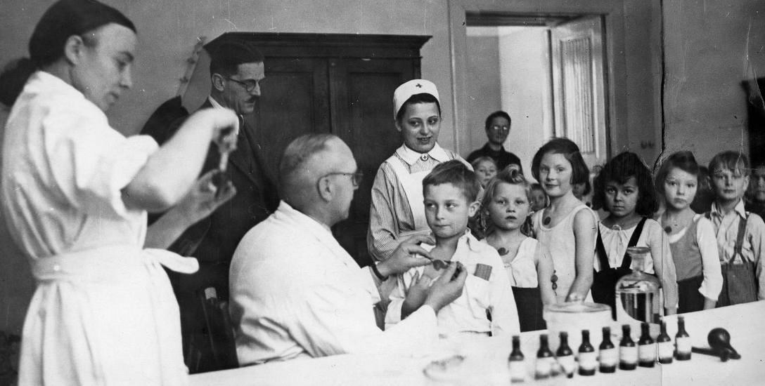 Masowe szczepienia, przeprowadzane w minionym stuleciu z reguły wywoływały w małych pacjentach strach przed nieznanym