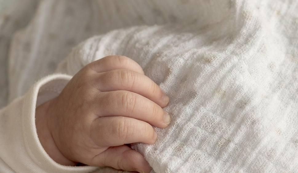 Film do artykułu: Kobieta mająca blisko 2 promile alkoholu, urodziła w szpitalu w Skarżysku pijane dziecko