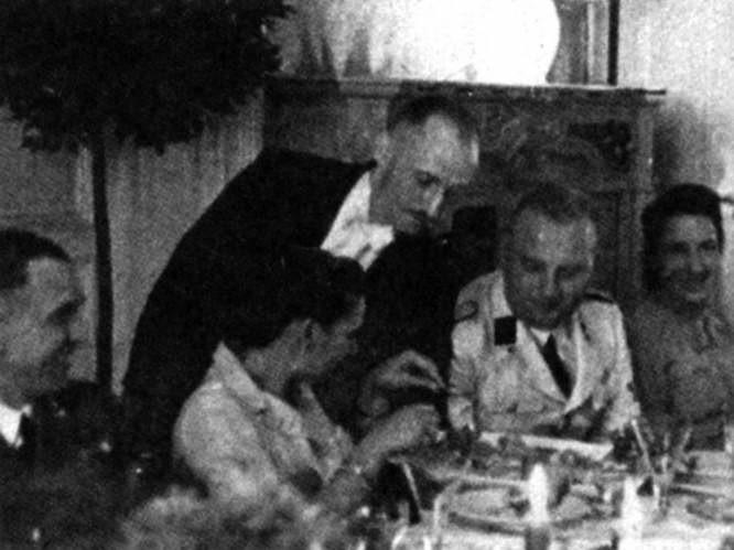 Karl Heinz Rux (na zdjęciu w jasnym mundurze) z żoną Gretl w kasynie bydgoskiego gestapo