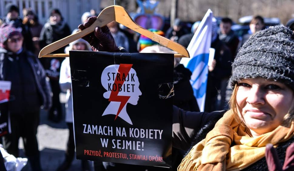 Film do artykułu: Pikiety przed kurią w Gdańsku Oliwie. Protestowały przeciwko zaostrzeniu przepisów antyaborcyjnych [zdjęcia]
