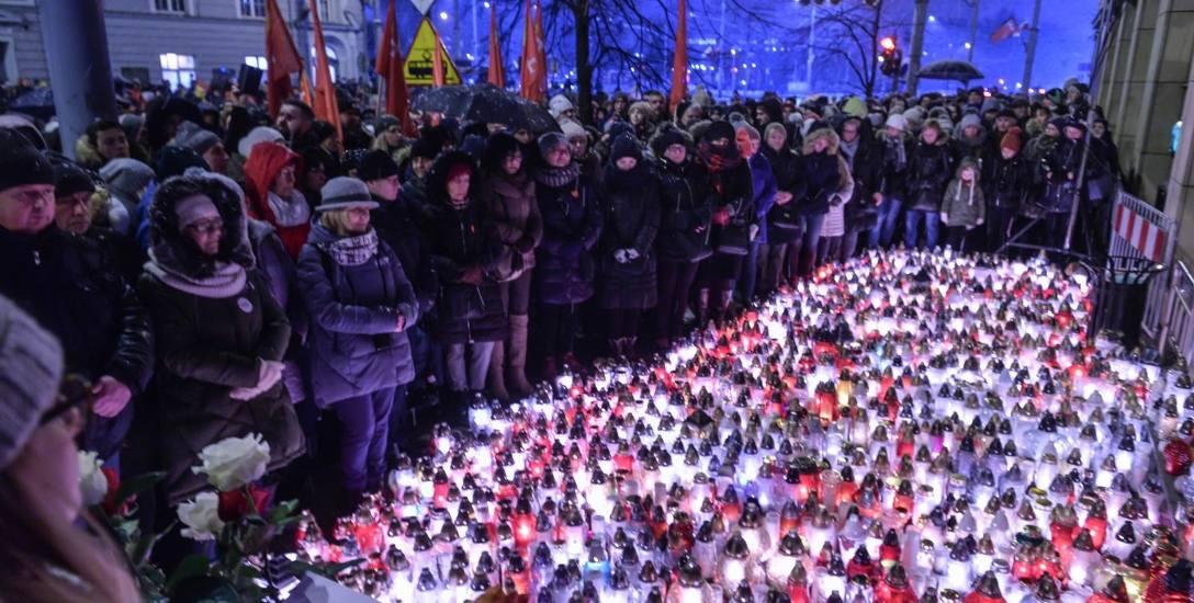 Tłumy przed Urzędem Miejskim w Gdańsku żegnały we wtorek 15.01.2019 r. zmarłego prezydenta Gdańska Pawła Adamowicza