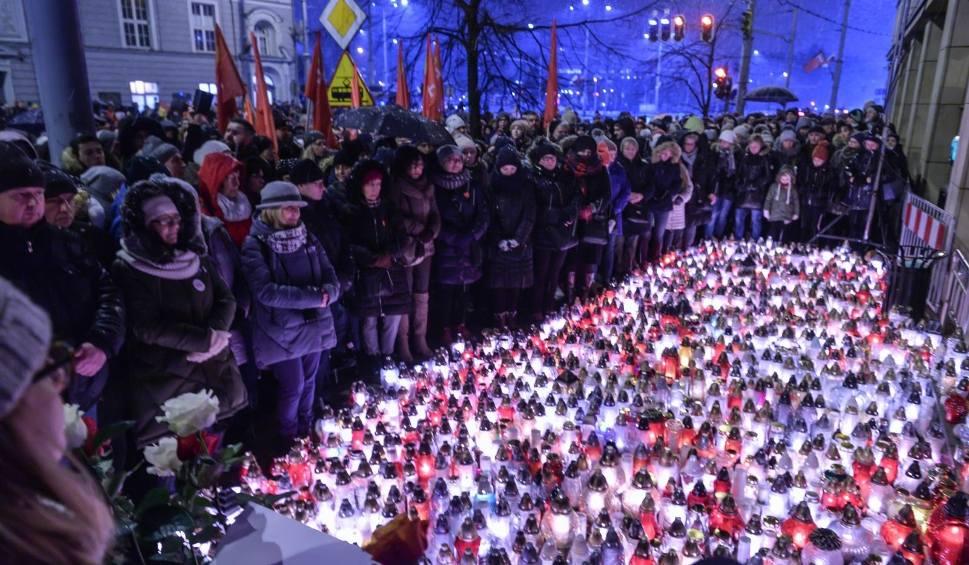 Film do artykułu: Setki osób żegnały Pawła Adamowicza. Przed Urzędem Miejskim w Gdańsku oddano hołd tragicznie zmarłemu prezydentowi [zdjęcia, wideo]