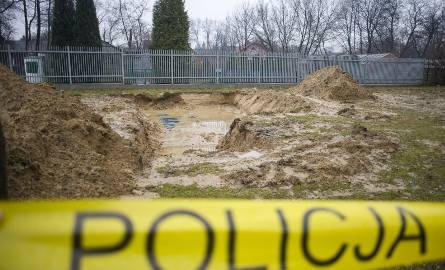 Miejsce wykopania ludzkich szczątków na cmentarzu Rakowickim