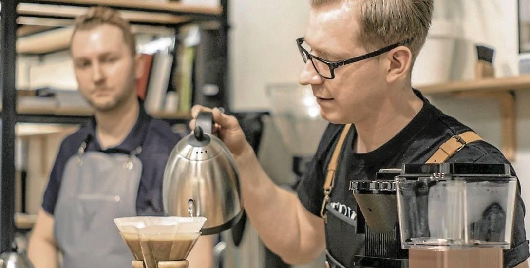 Krzysztof Barabosz (na zdjęciu z prawej): Aby przygotować świetną kawę, wcale nie trzeba kupować ekspresu za kilka tysięcy złotych. Trzeba natomiast