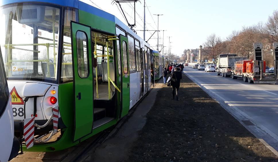"""Film do artykułu: Autobus zablokował torowisko przy Wałach. """"Szóstki"""" jeżdżą objazdem"""