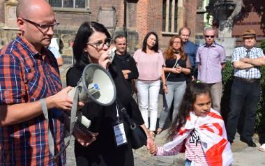 Protest pod nyskim sądem przeciwko postanowieniu nakazującemu wydanie dziecka do Włoch.
