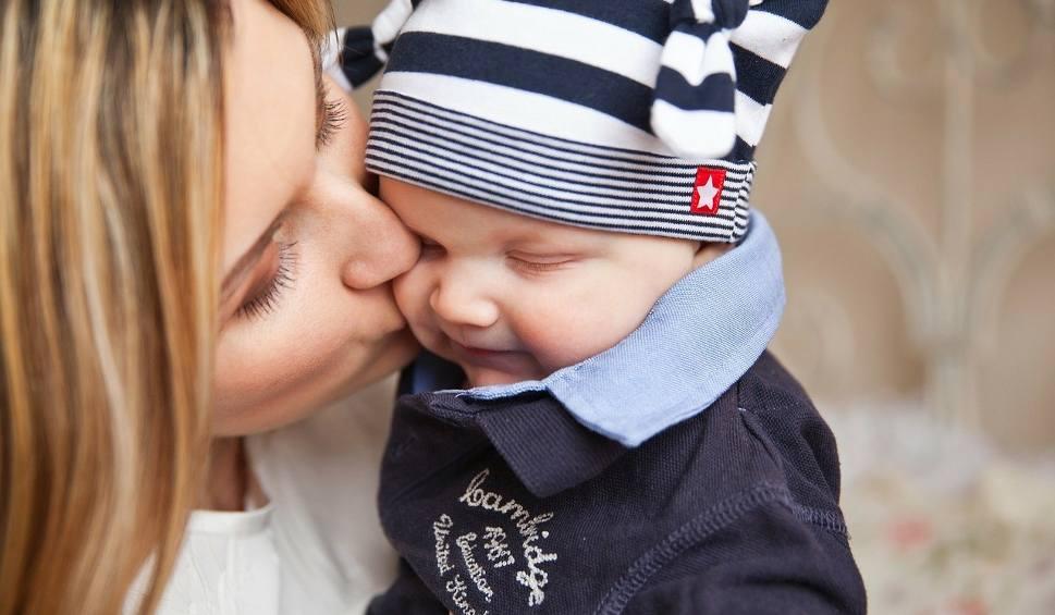 Film do artykułu: Noworodek zmarł przez pocałunek. Teraz mamy także w Polsce ostrzegają rodziców [20.06.2019 r.]