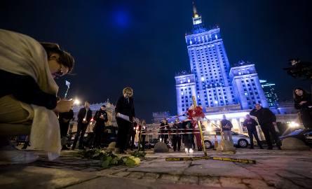 Warszawa: Samopodpalenie na placu Defilad przed PKiN. Komentarze polityków i publicystów