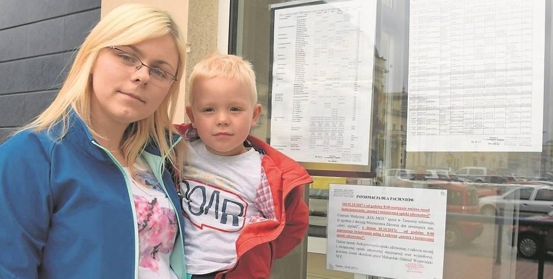 Paulina Pluta z 3,5-letnim Kamilem obok kartki z informacją o zmianach w opiece nocnej w Kol-Medzie