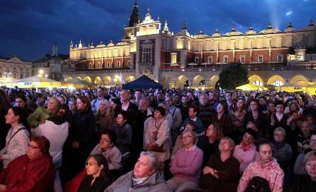 """Kraków. Wieczór Uwielbienia """"Jak Chleb"""" na Rynku Głównym [ZDJĘCIA]"""