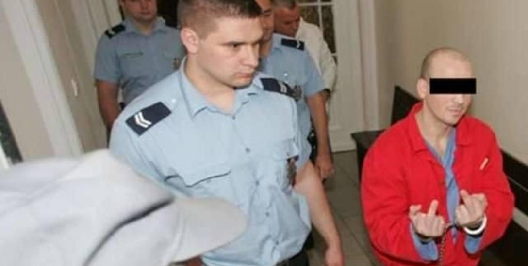 Tak butnie Ryszard K. kroczył po sądowym korytarzu w Toruniu przed laty. Teraz nie chce się pokazać publicznie.