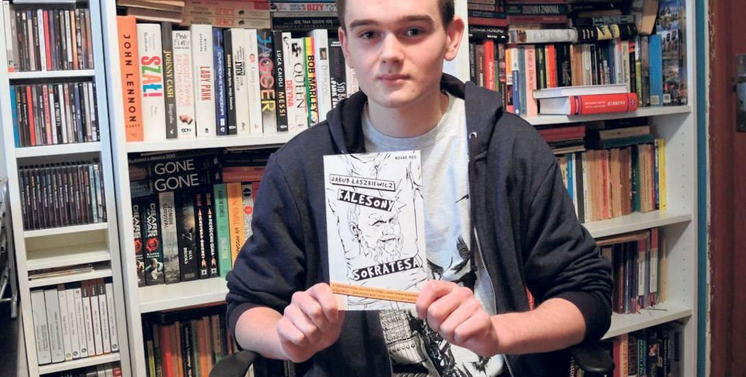 Jakub Łaszkiewicz ma w swoim pokoju wiele różnych książek. Jak sam mówi najchętniej czyta biografie muzyków, sięga też po fantastykę i literaturę mł