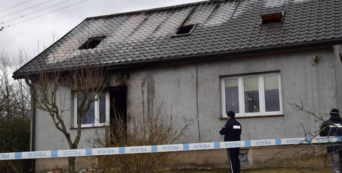 Pożar, który wybuchł w jednym z pokoi na parterze, po wybiciu okna rozprzestrzenił się na poddasze domu